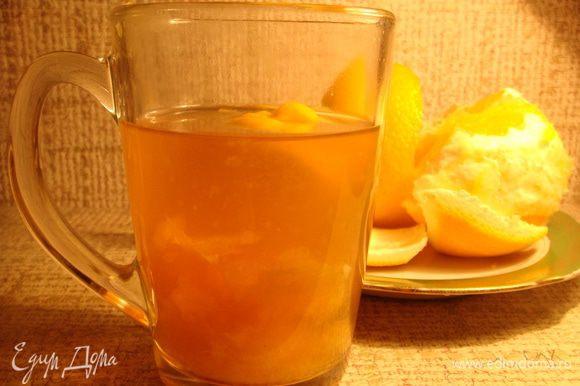 В стакан со свежезаваренным чаем (в моем случае Ассам, вы можете использовать любой любимый вами сорт, но помните, он в любом случае посветлеет) добавить корочку апельсина (цедру, но можно захватить и белую часть).