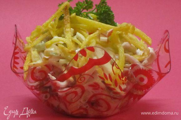 Посолить, поперчить, добавить обжаренный картофель, заправить майонезом. Разложить по салатникам.