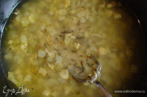 Влить вино и овощной бульон. Посолить, поперчить и варить, помешивая, 30 мин. до выкипания жидкости.