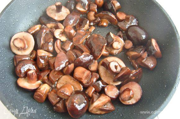 Тем временем приготовить начинку. Грибы (у меня польские) обжарить на сковороде на растительном масле 5-7 минут.