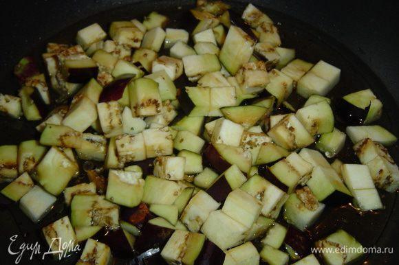 На глубокую сковороду наливаем воду и 2 ст.л. оливкового масла, нагреваем и выкладываем баклажаны, накрываем крышкой и протушиваем 6-7 минут до мягкости, солим по вкусу.