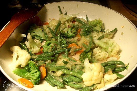 После растворения яблок выкладываем овощи, солим перчим по вкусу, можно добавить базилик. Перемешиваем, даем пару минут на прогрев всех ингредиентов вместе, чтобы вкусы соединились и пропитались друг другом. Готово.