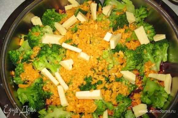 Режем печенку на кусочки. Выкладываем на противень. Разбираем брокколи на соцветия. Натираем на крупной тёрке сыр (или режим на кусочки) и морковь. Все это перемешиваем. И выкладываем на печенку.