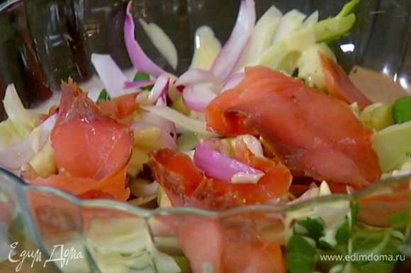 Украсить салат ломтиками семги.