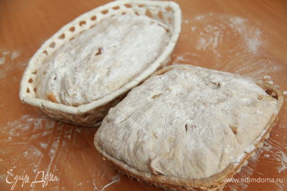 Положить тесто в слегка смазанную маслом большую миску и закрыть плёнкой. Оставить для брожения на 1,5 часа, обминая тесто через каждые 30 минут. Разделить на две части и положить в расстоечные корзины на 60 минут.