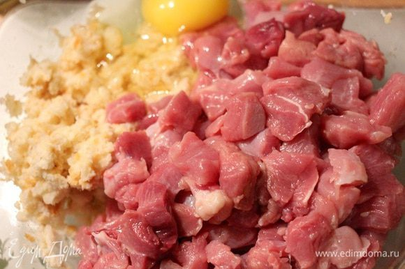 К крошкам добавляем молоко, оставляем для набухания на пару минут. Мясо режем небольшими кусочками, солим, перчим, соединяем с крошками.
