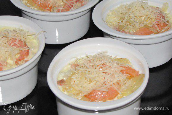 Немного посыпьте тертым сыром и поставьте в духовку разогретую до 230 град. примерно на 10 минут.