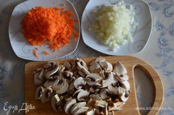 Грибы, лук и морковь очистить, порезать.Морковь натереть на крупной терке