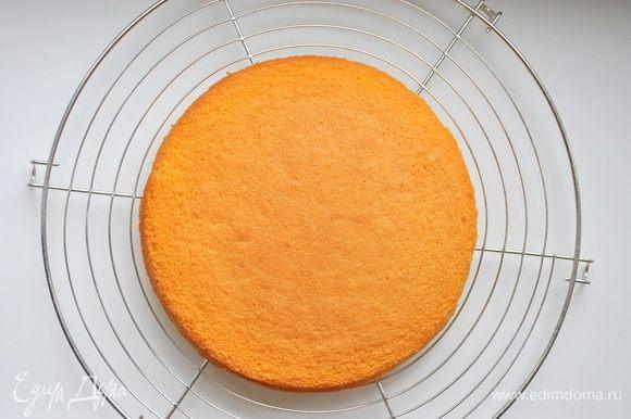 Бисквит: Яйца смешать с сахаром и теплой водой, взбить миксером до пышной и светлой массы (10-15 мин.), аккуратно добавить просеянную через сито муку, перемешать,делая ложкой движения от края к середине. Форму для бисквита смазать сливочным маслом, слегка припылить мукой и влить тесто. Поставить в холодную духовку, выставить температуру 180 градусов. Выпекать около 35-40 мин.