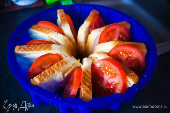3) нарежьте помидоры и уложите кусочки помидоров между хлебом в форму