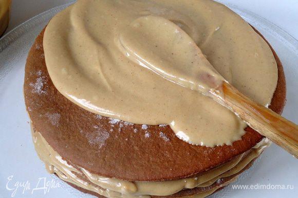 Сборка торта. Поочередно один за другим коржи смазываем кремом, по 3-4 столовых ложки на корж. На последний корж крем не наносить, на него ляжет глазурь.