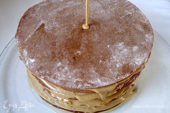 Накладывая, поочередно коржи друг на друга, образуется высокая «башня», которая может поплыть в бок. Собрав все коржи и выровняв их, можно посередине воткнуть шпажку и так убрать в холодильник, на пару часов. После вынуть торт из холода. Шпажку удалить.