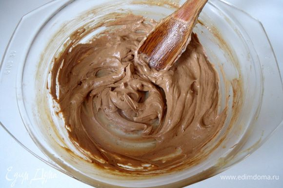 В оставшийся крем добавить 50-70 г мягкого сливочного масла, хорошо взбить.
