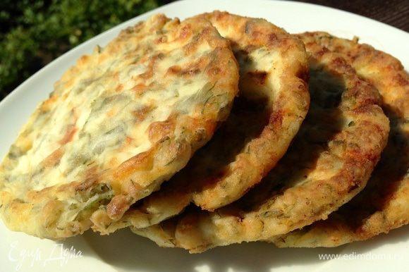 Подавать горячими, можно со сметаной. Но и в холодной виде они очень вкусные. Приятного аппетита!