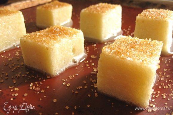 Противень застелить силиконовым ковриком, выложить пропитанные куски хлеба и посыпать коричневым сахаром. Выпекать в разогретой духовке 20-25 минут.