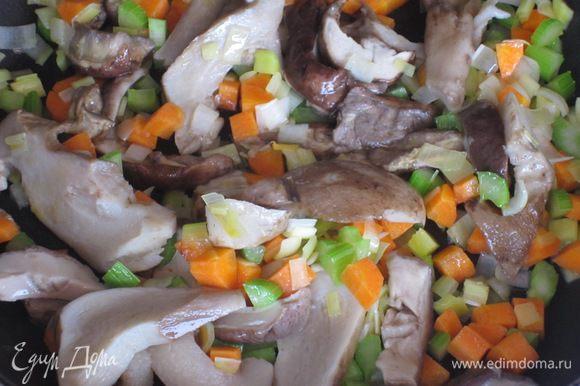 В сковороде разогреть оливковое масло и обжарить овощи 7-8 минут,посолить.Добавить грибы и готовить ещё 5-6 минут.