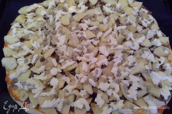Из полученного теста выйдет 2 пиццы, диаметром 30 см. На столе, присыпаю мукой и руками формирую круглую лепешку. Перекладываю тесто на противень, выкладываю начинку: соус, лук с шампиньонами, яблоки, сыр и семечки. Ставлю в разогретую до 170 градусов духовку на 15 мин.