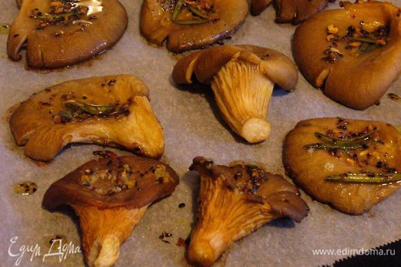 Вынимаем готовые грибы из духовки. Даём минутку-другую подышать, прежде чем отправлять на салат.