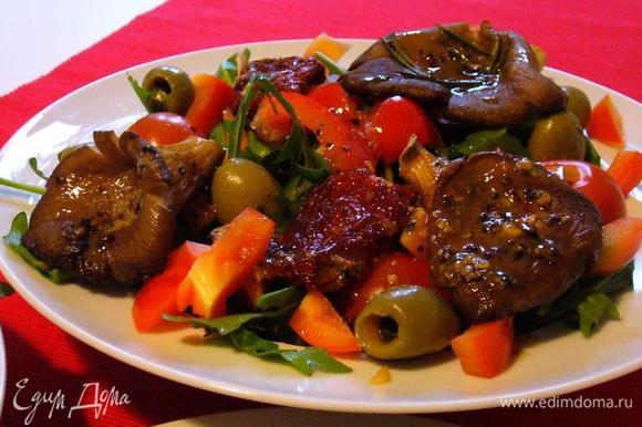 Аккуратно выкладываем грибы на салат. Щедро поливаем заправкой. Если делать с использованием пармезана или пекорино, то сыр лучше всего нарезать с помощью чистилки для овощей.