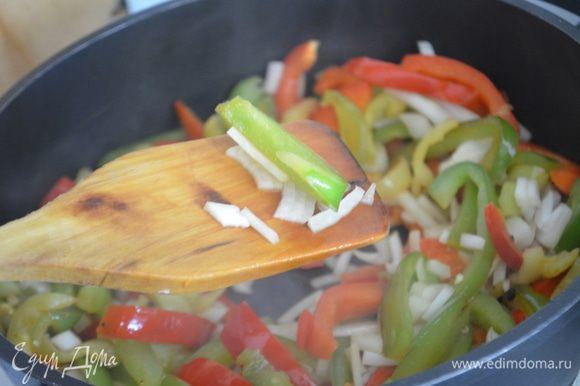 Добавить лук и жарить еще 5-8 минут до мягкости овощей.
