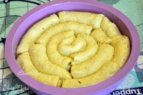 Накрыть форму полотенцем и оставить подниматься на 30 минут! Затем смазать хлеб взбитым желтком. В желток добавить чуть воды. Посыпать всю эту красоту кунжутом и выпекать, в предварительно нагретой до 200С, духовке 30 минут.