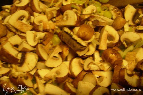 500 г грибов режем пластинами и добавляем в сковородку.