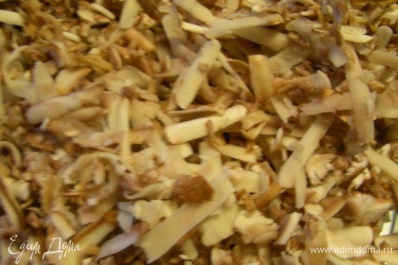 Оставшиеся 300 г грибов трем на терке и также добавляем (мне кажется, что это делается для того, чтобы еще лучше вкус грибов чувствовался). Готовим минут 5, помешивая, пока грибы не пустят сок.