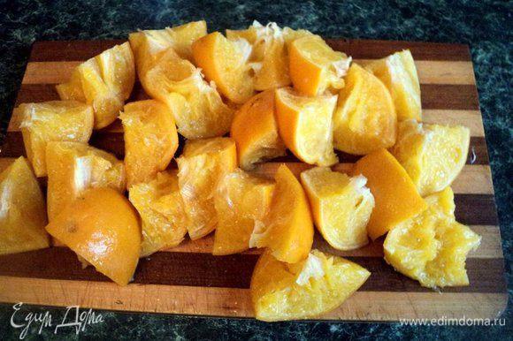 Апельсины хорошо помыть щеткой, залить водой и варить 35-40 минут до мягкости. Слить воду, апельсины остудить. Разрезать на четвертинки, удалить семена.