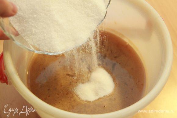 К яблочному соку добавляем сахар из расчёта 150 г сахара на 1 л сока. У меня получилось 2,5 л сока и, соответственно, добавила 375 г сахара.