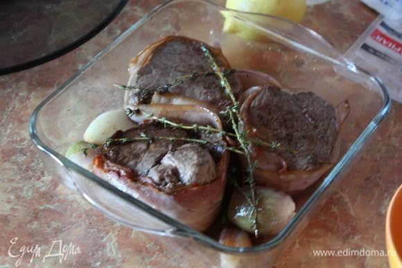 Как мясо будет обжарено, перекладываем в форму для запекания (без жира,его сливаем). Сбрызгиваем оливковым маслом, бальзамиком и бульоном. Ставим в духовку примерно на 10-15 минут (Все зависит от толщины филе и степени любимой прожарки). Я держала чуть дольше.