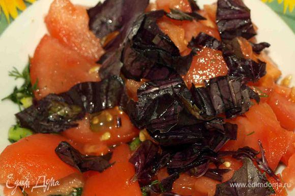 Помидоры бланшировать, нарезать дольками. Базилик, зеленый лук, (по желанию можно добавить укроп) мелко нарезать. Помидоры и зелень соединить, добавить лимонный сок, оливковое масло, по вкусу соль и перемешать.