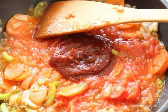 Добавить томатный соус.