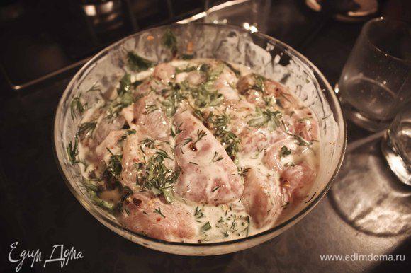 Порезать куриную грудку на порционные кусочки, не слишком маленькие. положить в миску для маринования и добавить туда соль, перец, зелень и специи по вкусу. поставить миску в холодильник часа на 2.