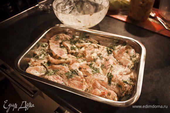 Достаньте из холодильника курицу и положите её в форму для запекания вместе с маринадом.
