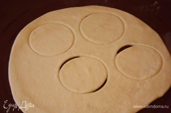 Тесто раскатаем тонко,вырежем кружки примерно 10-12 см в диаметре.