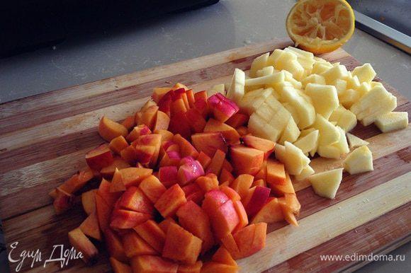 Нарезаем яблоки и нектарины кубиками... сбрызнем лимоном... оставьте половинку яблока и половинку нектарина на завершающий ярус лазаньи...