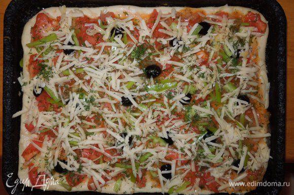 Выложить тесто на противень смазанным оливковым маслом, оставить края теста немного приподнятыми. Выложить на тесто приготовленный томатный соус, сверху распределить нарезанный перец и маслины, посыпать мелко нарезанным чесноком. Пиццу сверху посыпать тертым сыром пармезаном. Хорошо прогреть духовку и выпекать пиццу при температуре 210 градусов примерно 30 мин.