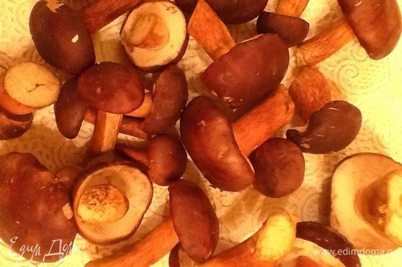 Грибы очистить, хорошенечко промыть, порезать на равные кусочки и бросить в кипящую воду, проварить 5 минут, воду слить, грибы промыть
