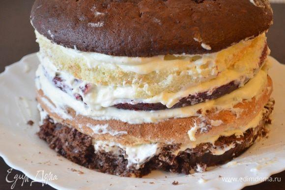 На желе крем, потом белый бисквит, крем и закрываем шоколадным коржом.