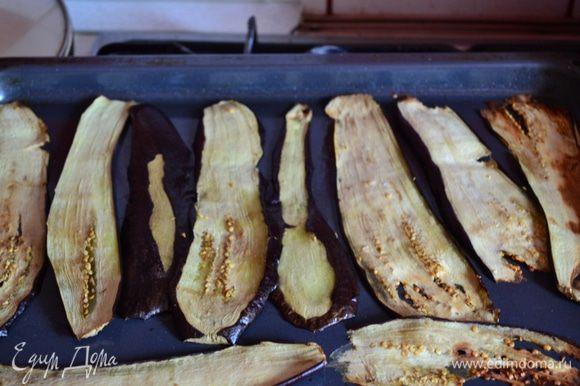 Далее баклажаны запечь (немного смазав оливковым маслом. что-бы баклажаны не высохли) , или обжарить на небольшом количестве растительного масла. Смешать рикотту, рубленным базилик, пармезан, соль и перец.