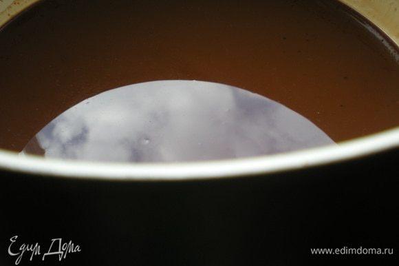 Нагрейте духовку до 175°C. Нагрейте масло в сотейнике на очень медленном огне. Добавьте мед и шоколад и помешивайте пока шоколад не растает. Уберите с огня.