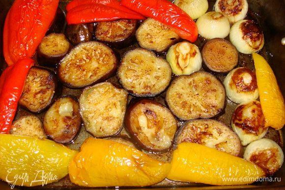 Достаем овощи из духовки и формируем блюдо.