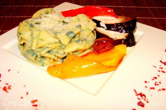 Пасту посыпаем тертым пармезаном. Овощи чуть присаливаем. Можно посыпать перцем или полить сырным соусом.
