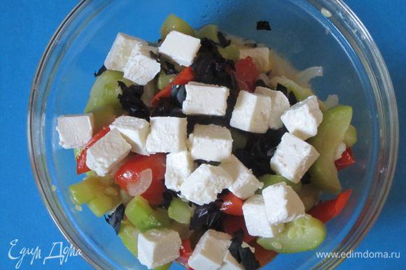 Овощи переложить в миску, добавить базилик и фету. Посолить, поперчить, аккуратно перемешать.