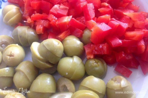 Нарезать оливки и перец небольшими кусочками.