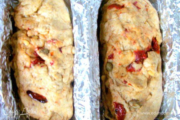 Тесто делим на две части, в прочем это не обязательно, в зависимости от размера формы. Форму смазывае маслом и выкладываем тесто. Накрывае полотенцем и даем еще подойти. Духовку разогреваем до 180* и выпекаем наш хлебушек-кекс до готовности.