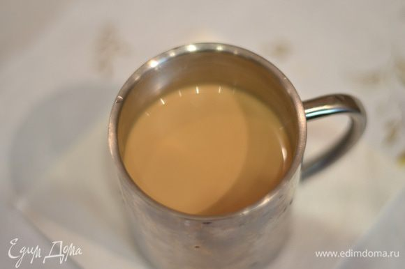 Готовим пропитку для бисквита. Заварить кофе.добавить 1 ч.л. сахара, ликер (по вкусу) и немного жирных сливок.