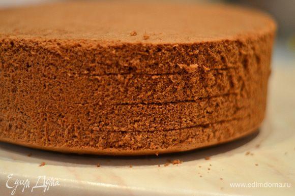 Перед тем как резать бисквит, отправьте его в морозилку на 30-60 минут. Бисквит разрезать на 4 одинаковых коржа.