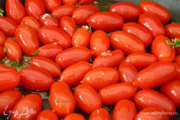 Между тем, в большой сковороде, разогреть масло, добавить помидоры, чеснок, тимьян и жарить на среднем огне , помешивая, пока помидоры не станут мягкими и начнут лопаться , от 15 до 20 минут.