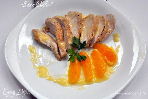 Подавать куриные грудки с соусом и кусочками апельсина!!! Очень вкусно!! Приятного аппетита!!!